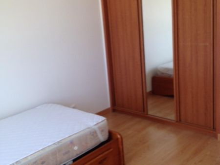 Single bedroom in a 5-bedroom apartment near Jardim Maria de Lourdes Sá Teixeira