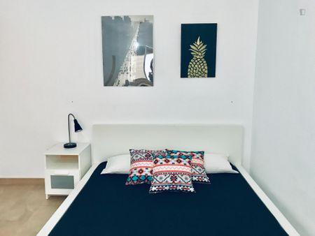 Single bedroom in a 3-bedroom apartment near Facultad de Ciencias Económicas y Empresariales