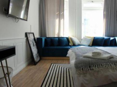 Lovely double bedroom in a 3-bedroom apartment near U Bismarckstr. (Berlin) metro station