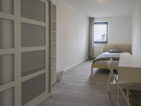 Modern double bedroom in a 3-bedroom apartment near Coolhaven metro station