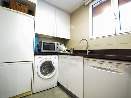 3-Bedroom apartment near Amistat-Casa de Salut metro station