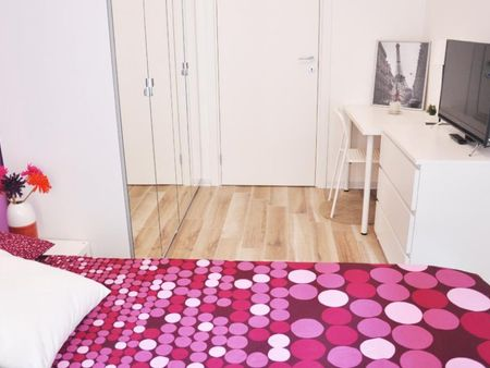 Lovely double bedroom in a 4-bedroom apartment near P.ta Venezia train station