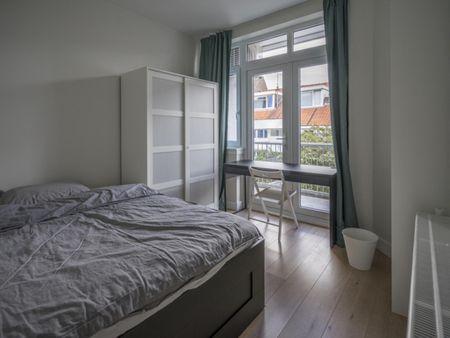 Bright double bedroom in a 3-bedroom apartment in Laakkwartier