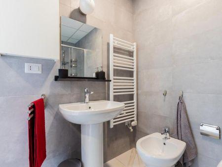 Modern double bedroom in a 3-bedroom apartment near Università Bocconi