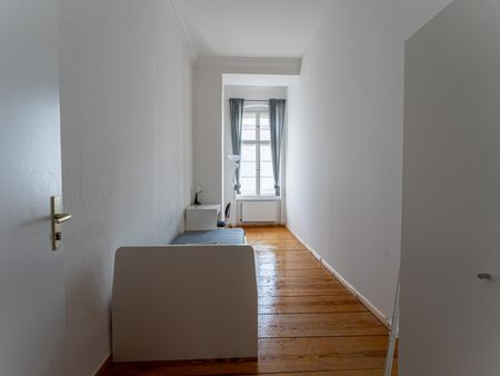Bright single bedroom in 5 bedrooms apartment in Charlottenburg