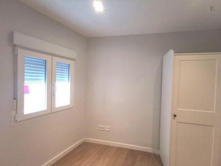 Habitación individual en un piso de 3 habitaciones, con baño privado.
