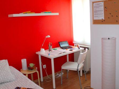 Single bedroom in a 4-bedroom apartment near Urgel metro station