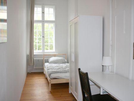 Snug single bedroom in a large 5-bedroom apartment, in Moabit