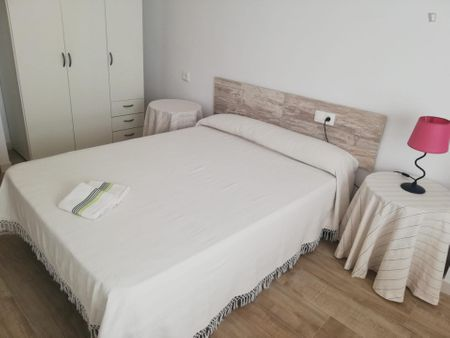 Bright double bedroom in a 3-bedroom apartment near Aragó metro station