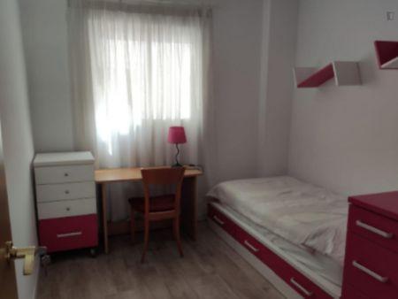Cozy single bedroom in a 3-bedroom apartment near Aragó metro station
