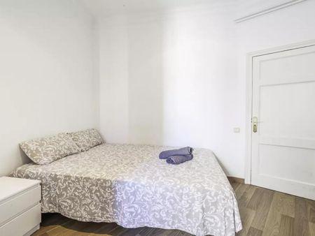 Quarto com várias camas em apartamento com 7 quartos