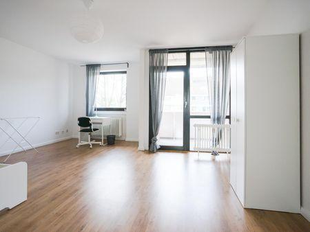 Wide single bedroom in a 4-bedroom apartment near Elbruchstraße train station