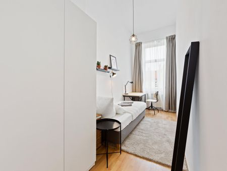 Snug single bedroom in a 4-bedroom apartment near U Hohenzollernplatz metro station
