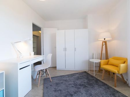 Luminous double bedroom in a 4-bedroom apartment near Saint Agne-SNCF transport station