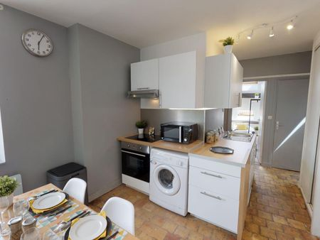 Airy double bedroom in a student flat, in Ainay