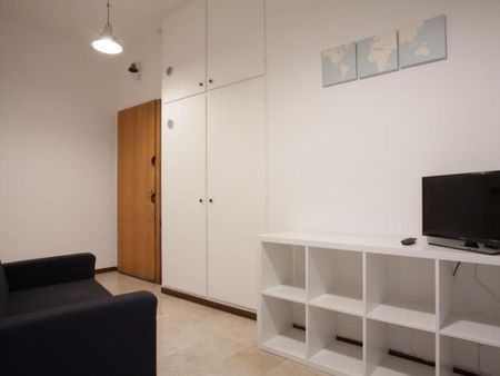 Snug double bedroom in a student flat, in Mazzini