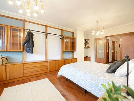 Single bedroom, with private bathroom and balcony, in 4-bedroom house