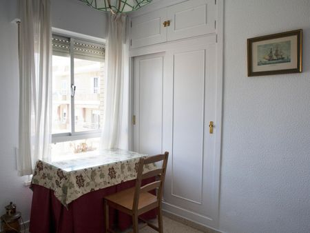 Pleasant single bedroom in a 4-bedroom flat, at walking distance to the beach