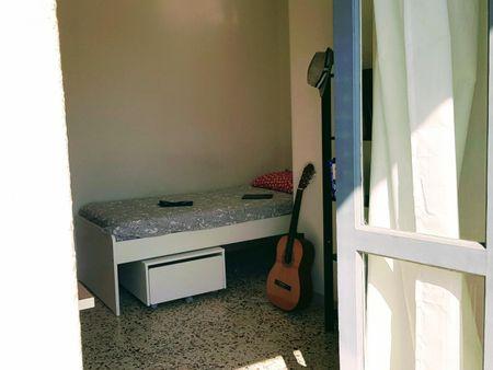 Quarto com cama de casal, com varanda, em apartamento com 3 quartos