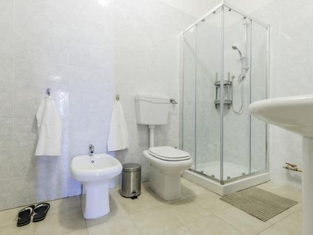 Cozy double bedroom in a 3-bedroom apartment near Parco delle farfalle