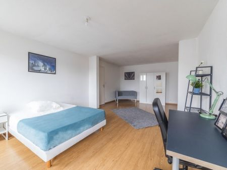 Lovely double bedroom in a 4-bedroom apartment