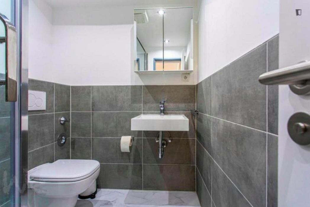 Amazing single- bedroom in a 6-bedroom apartment in Frankfurt near the central train station