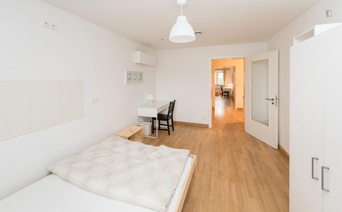 Welcoming double bedroom in a 3-bedroom flat, in Ludwigsvorstadt-Isarvorstadt