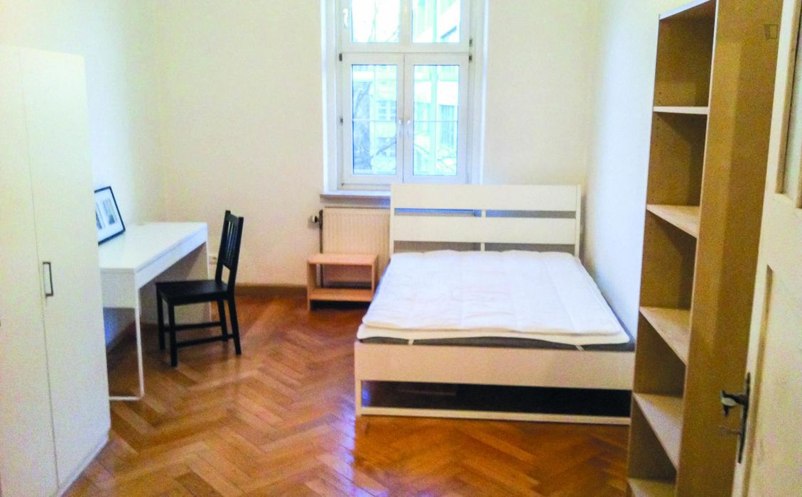 Comfortable single bedroom in a 3-bedroom apartment in Sendling