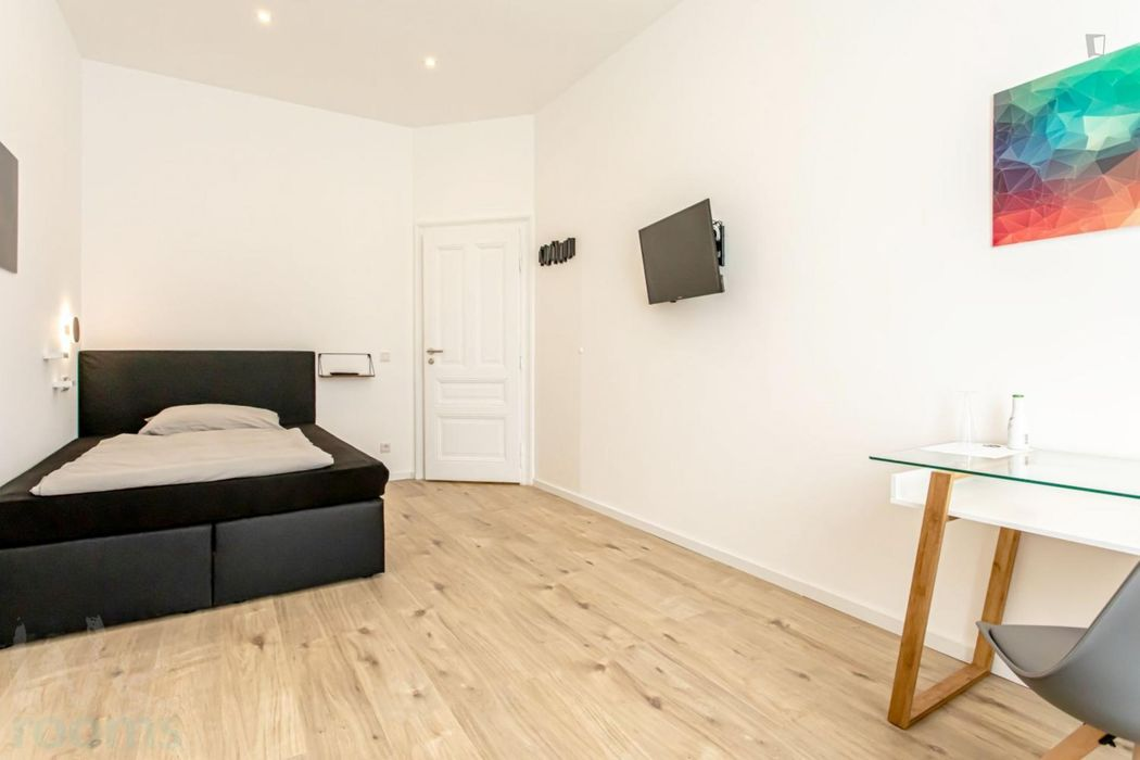Furnished double-bedroom, with balcony, in a wonderful 2-bedroom apartment in Frankfurt, Sachsenhausen