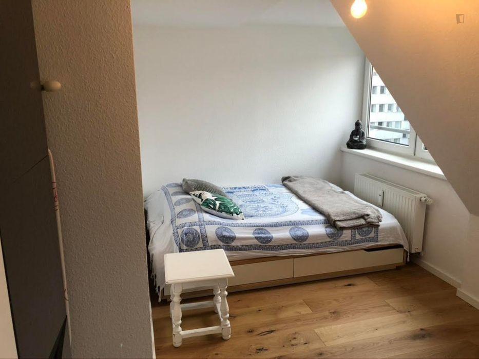 Cool double bedroom close to Reichenspergerplatz metrostation