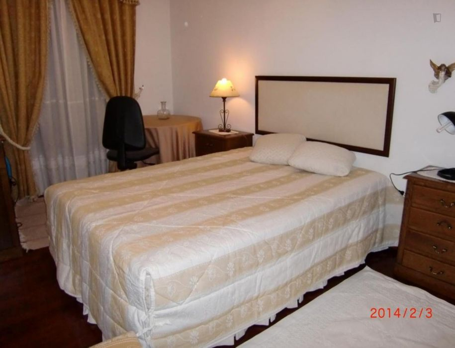 Single bedroom, with private bathroom and balcony, in 2-bedroom apartment