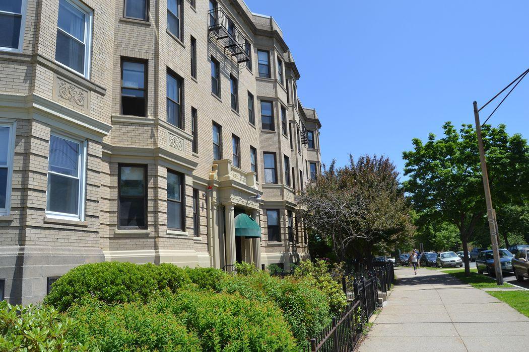 ESL Townhouse Boston Student Housing • Reviews • Student.com