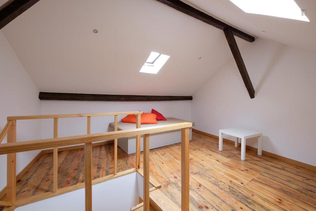 Snug single bedroom near Coimbra train station