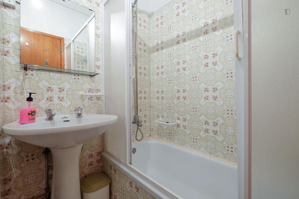 Single bedroom in 4-bedroom apartment