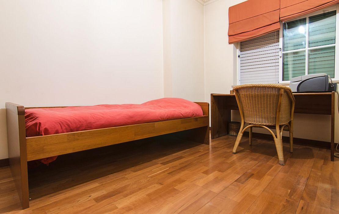 Humble single bedroom in a cosy 2-bedroom flat in Lousã