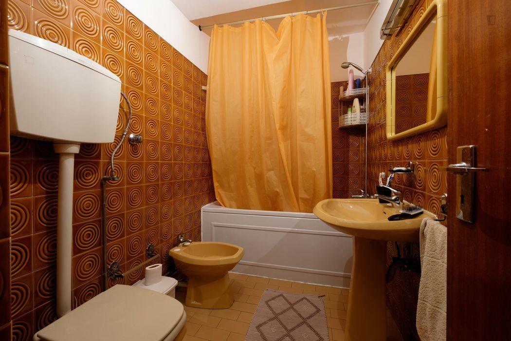Nice single bedroom in a 4-bedroom flat, near Faculdade de Economia