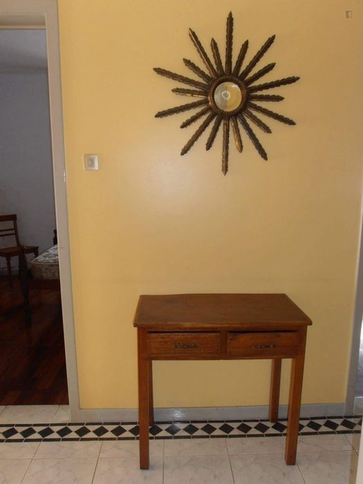 Spacious bedroom with single bed in 4 bedroom apartment in Coimbra