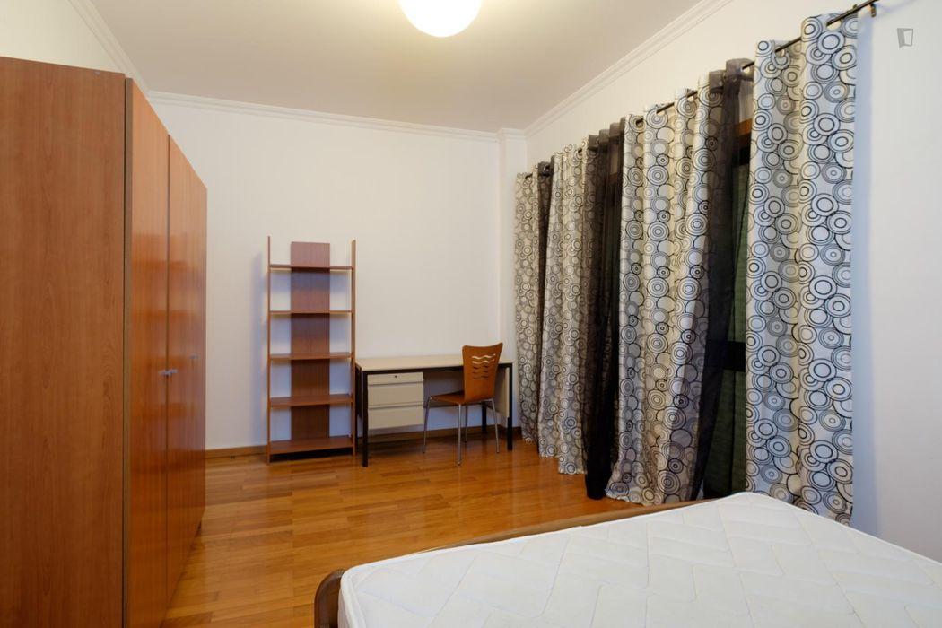 Roomy double bedroom not too far from Faculdade de Farmácia da Universidade de Coimbra