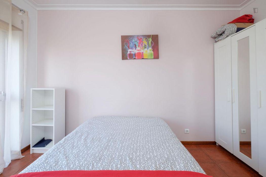 Double bedroom with a balcony, in São Martinho de Bispo