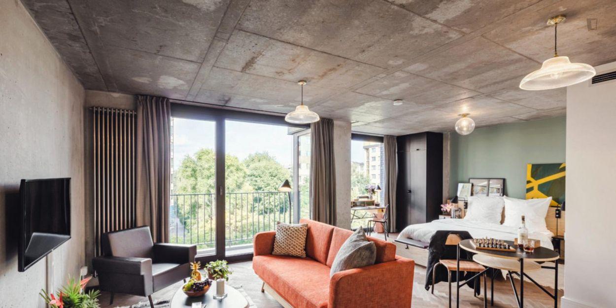 Bright studio for long term in residence