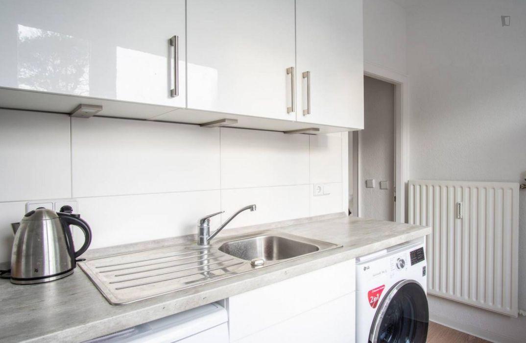 Bright single bedroom in shared apartment in Adlershof