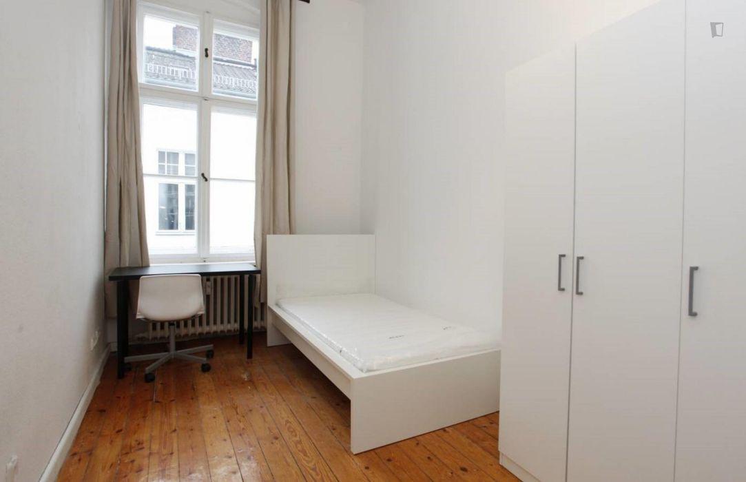 Comfy single bedroom in 3-bedroom apartment