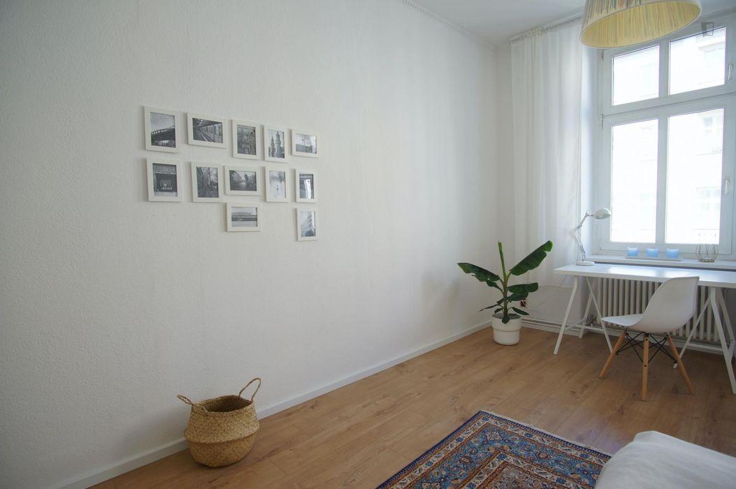 Welcoming spacious room in 3-bedroom flat near U Heinrich-Heine-Strasse metro