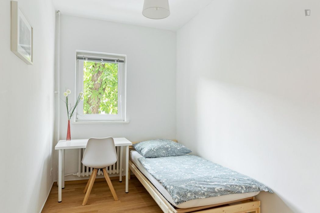 Cute and cozy room in 5-bedroom apartment