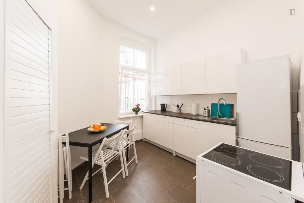 Charming single bedroom in a 5-bedroom apartment near Prenzlauer Allee/Ostseestr. (Berlin) tram stop