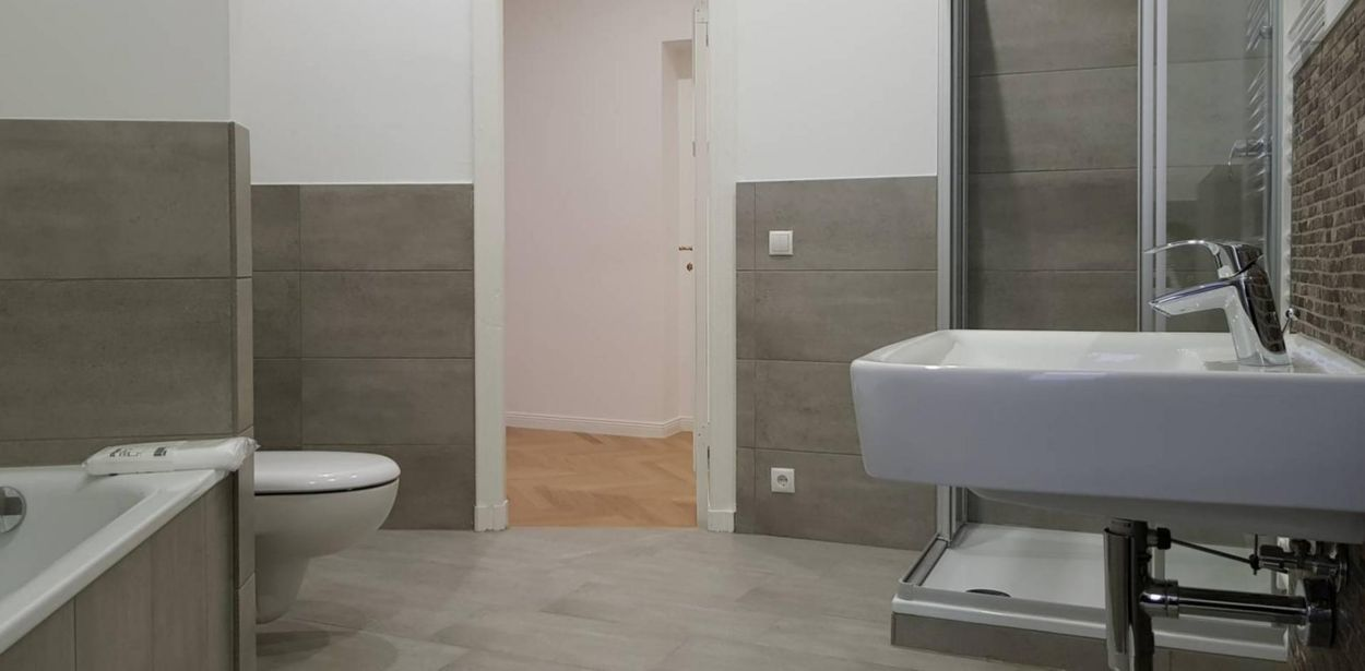 Modern single bedroom in 6-bedroom apartment