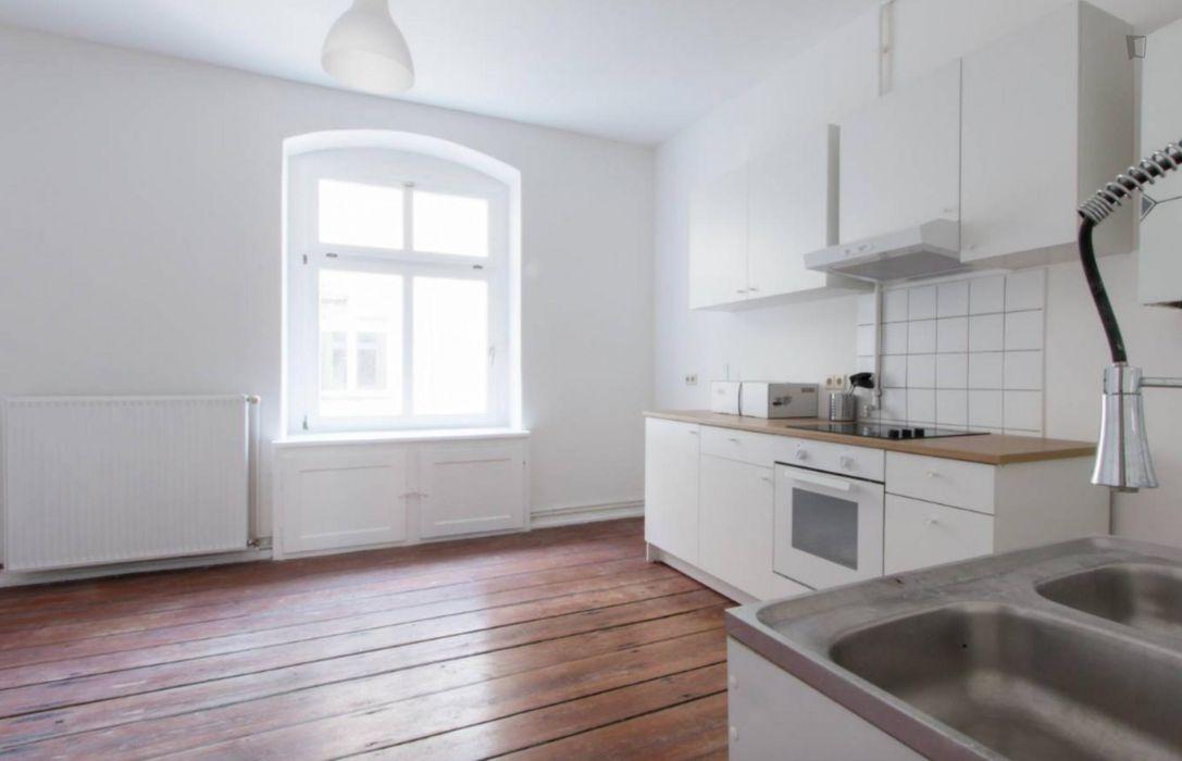 Cosy single bedroom in 4-bedroom apartment near centre