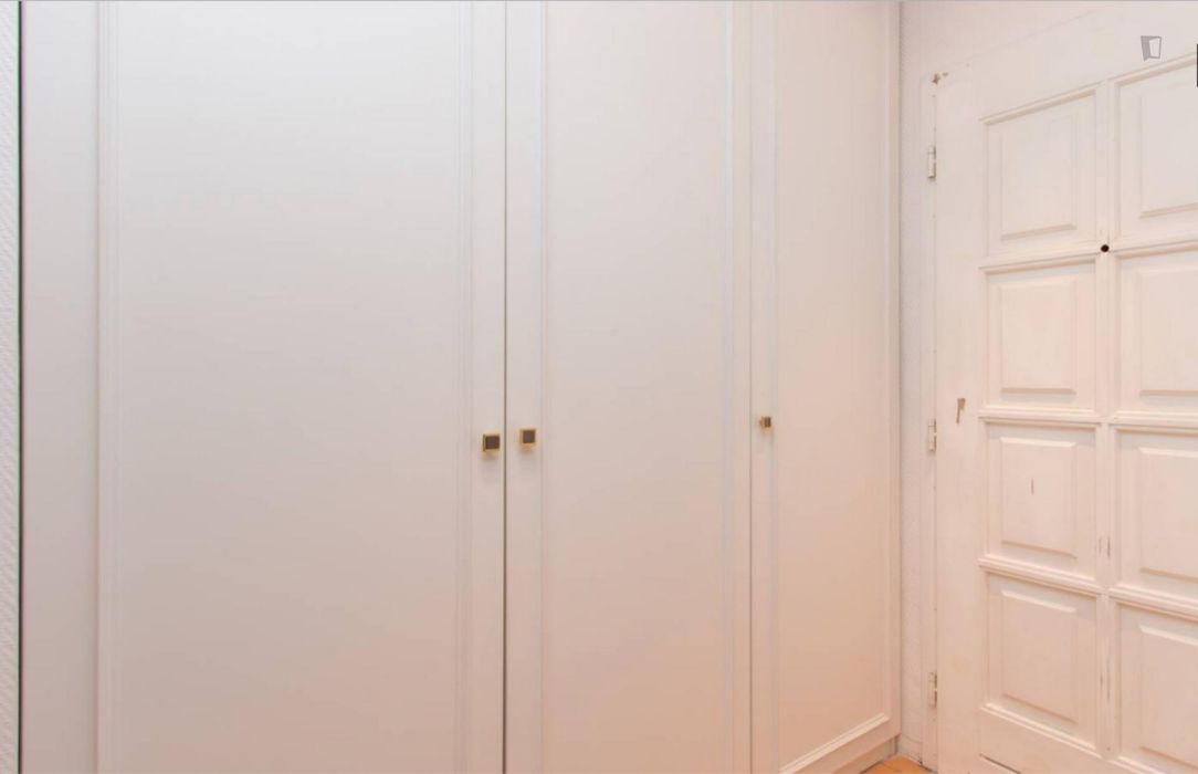 Spacious room with shared balcony in 4-bedroom apartment, Charlottenburg
