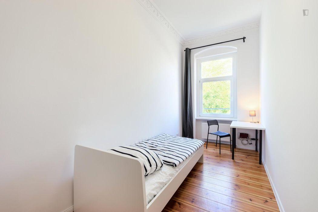 Great single bedroom in 6-bedroom apartment