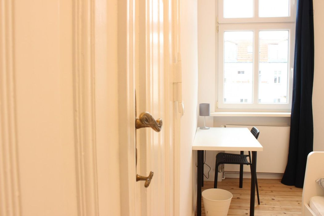 Comfy single bedroom in a 5-bedroom flat